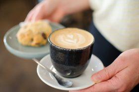 L'ultime raffinement de latte art, ou l'art de dessiner avec la mousse de lait à la surface du café. Patricia Marini-Metge